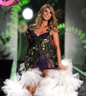 Victoria S Secret Fashion Show Heidi Klum Returns To The Runway Fashion The Guardian