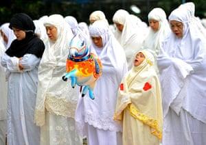 Eid al-Adha: Indonesian Muslim women pray
