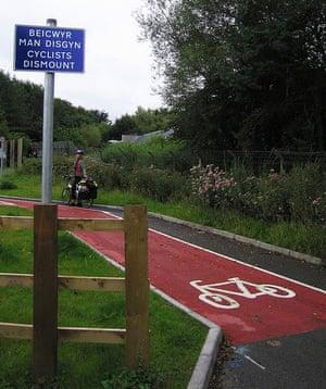 Worst Cycle Lane: Beicwyr Man Disgyn / Cyclists Dismount