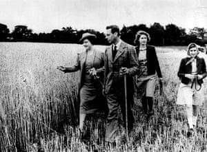 Queen Elizabeth II: 1942: King George VI and Queen Elizabeth with their daughters