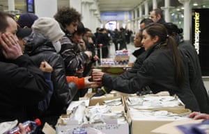 Eurostar delays: Eurostar staff hand out hot drinks and sandwiches to passengers