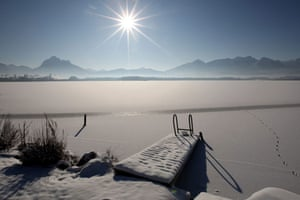 Snow: Germany: The sun shines over the Hopfensee lake