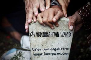 24 hours: funeral held of former indonesian president abdurrahman wahid