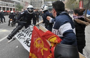 Athens demonstrations: Police try to destroy a banner while attacking demonstrators in Athens