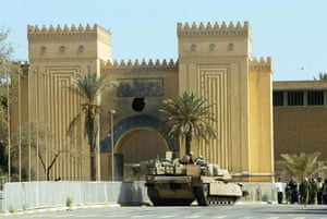 Baghdad museum : A US tank in front of Iraqi national museum in April 2003