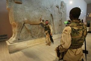 Baghdad museum : US soldiers pose in Baghdad museum
