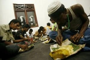 Gallery Rohingya refugees: Rohingya refugees eat