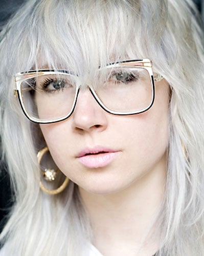 52e401699dfe Celebrities who wear glasses well