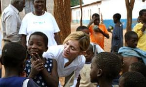 Madonna visiting children during her trip to Malawi nin 2006