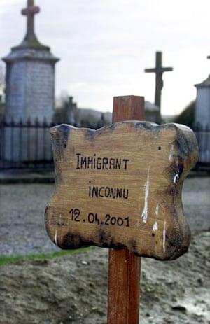 Eurotunnel : grave of an unknown asylum seeker in coquelles , france