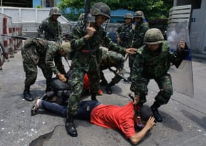 Thailand clashes : Thai soldie4rs arrest a protestor