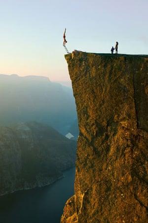 Eskil Ronningsbakken: Ronningsbakken balancing on the side of Prekestolen in Stavanger