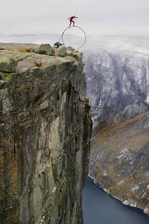 Eskil Ronningsbakken: Ronningsbakken balancing on a steel ring in Kjaerag, Stavanger