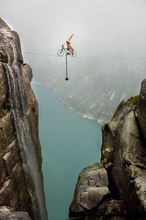 Eskil Ronningsbakken: Ronningsbakken balancing 1000 metres over Lysefjorden fjord in Stavanger