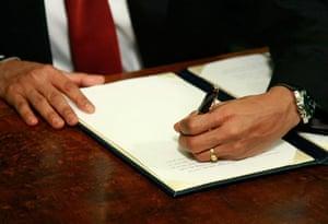 obama 100 days : President Barack Obama signs an order to close down Guantanamo Bay