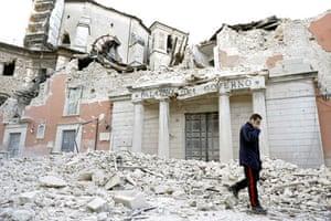 Italy earthquake: An Italian military carabinieri walks past destroyed buildings