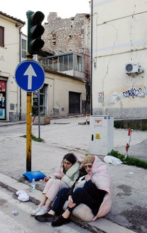 Earthquake in Italy: Residents sit on the pavement in the centre of the city