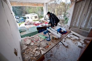 earthquake in Italy: Luigi d'Andrea collects belongings from the debris of his appartment