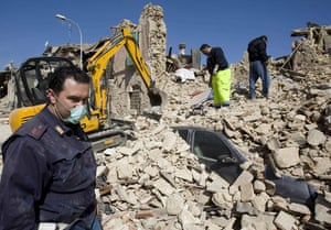 earthquake in Italy: Rescuers sift through the wreckage of a house