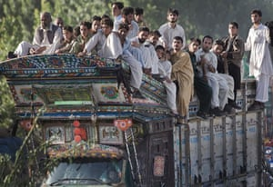Pakistan Swat exodus: Internally Displaced Persons travel by road as they flee operations
