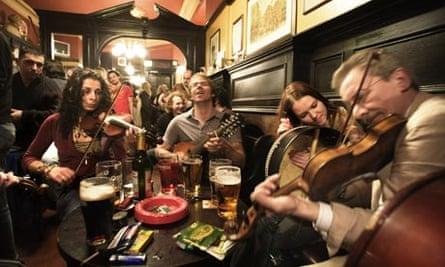 Live traditional folk music at Sandy Bells pub in Edinburgh