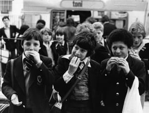 School uniforms: 1978:  Pupils at Sir William Collin's secondary School eat hamburgers.