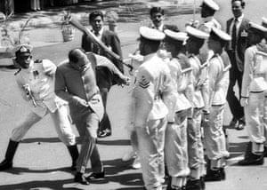 Tamil Tigers surrender: Rajiv Gandhi attacked by sri lankan sailor in 1987