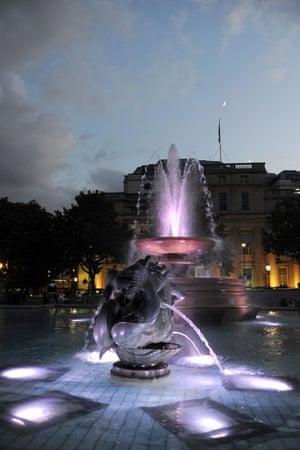 Trafalgar Square fountain: Trafalgar Square fountain lights