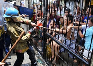 24 hours in pictures: Residents fight with a demolition team Manila, Philippines