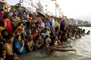 eclipse: hindus pray before the solar eclipse