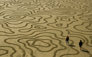 sand art : andres amador creates sand art in san francisco