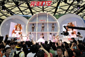 China Digital Expo: Visitors crowd a stage where models pose