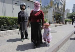 Dan Chung in Urumqi: Woman and child in Urumqi