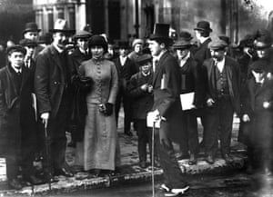Arthur Ransome: Arthur Ransome leaving the Lord Alfred Douglas trial