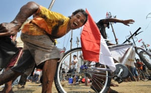 Jakarta independence day: Competitors celebrate with their prizes