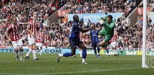 premier league: Sunderland's Kenwyne Jones can't reach the ball