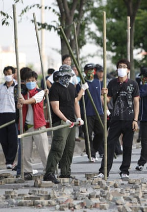 Ssonyang motors seige: Protesters holding bamboo sticks confront police in Kore
