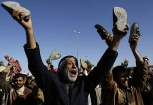 al Zaidi released: Iraqis raise their shoes to demand the release of Muntazer al-Zaidi