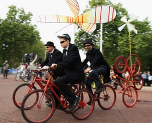 London's Skyride: Riders participate in the Skyride on The Mall