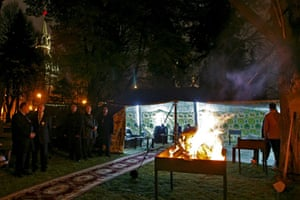 Gaddafi tent : Barbecue grill is set up in front of tent in Kremlin garden in Moscow