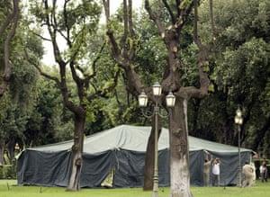 Lajmet Ditore: Del në ankand tenda e Gedafit, ja në cilat shtete u vendos ajo Gaddafis-tent-in-Rome-200-005