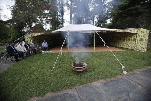 Lajmet Ditore: Del në ankand tenda e Gedafit, ja në cilat shtete u vendos ajo Muammar-Gaddafis-tent-in--002