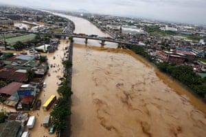 Philippines floods: Oil spills in the Pasig river caused by submerged vehicles in Cainta