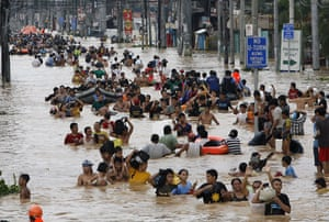 Philippines floods: Filipinos wade through floods caused by tropical storm Ketsana in Cainta