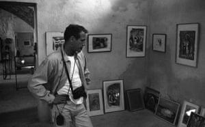 Paul Newman: Paul Newman looking at paintings
