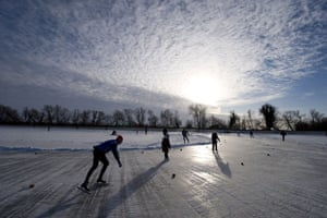 Fen skating: For the first time since 1997 races were held on a frozen field in the F