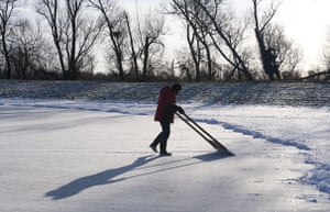 Fen skating: Clearing the track from any loose snow before racing can take place
