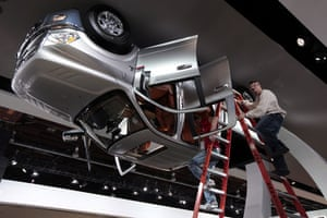 Detroit motor show: Auto show workers climb down ladders