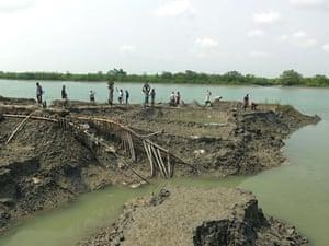Sinking Sundarbans: Villagers work to rebuild the river bank