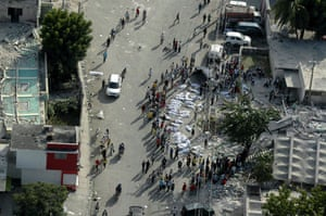 haiti earthquake: People wander the streets next to victims bodies in Port-au-Prince